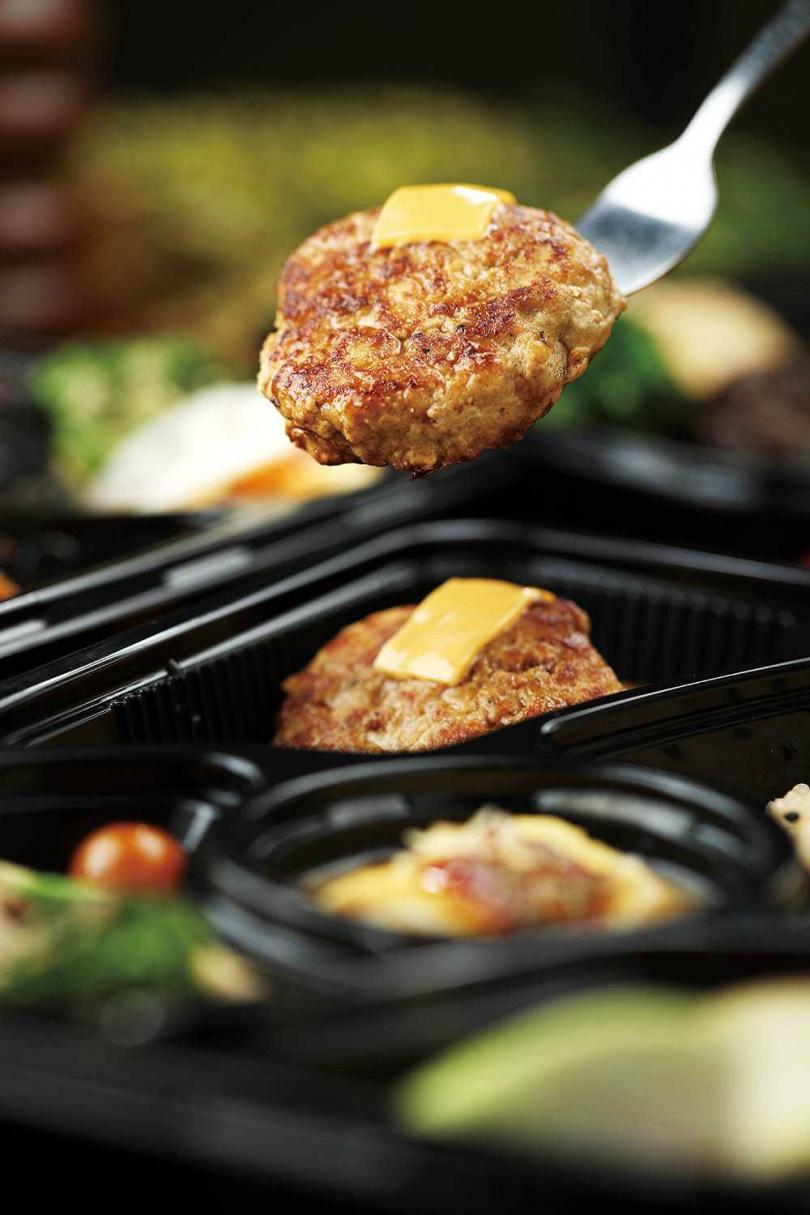 「紅酒醬起司漢堡排」以漢堡排搭配特製紅酒醬汁及起司,是店內人氣料理。(180元)(圖/于魯光攝)