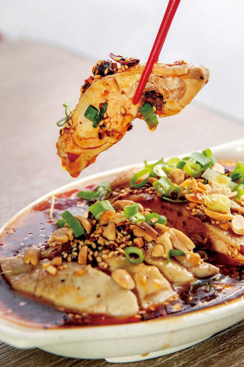 「樂山棒棒雞」加了鎮江醋與辣子油,並將雞肉浸泡在醬汁中,與醬汁偏濃稠的口水雞略有不同。(160元/小份)(圖/焦正德攝)