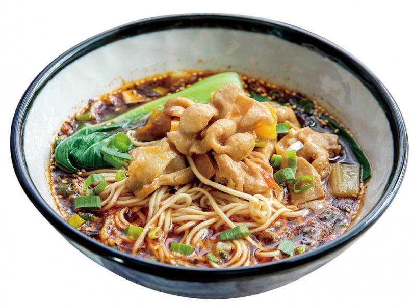 「川味肥腸小麵」的大腸以鹽和麵粉清洗多次,處理得相當乾淨,因以泡椒汁炒過,風味微酸。(110元)(圖/焦正德攝)