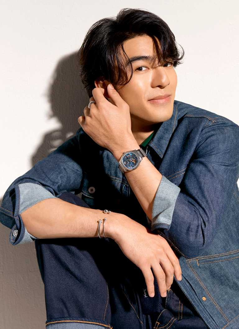 陳昊森一身丹寧休閒裝束,搭配PIAGET「Polo」系列伯爵藍鏤空超薄精鋼腕錶,以及「Possession」系列飾品,率性演繹摩登運動風格。(圖╱PIAGET提供)