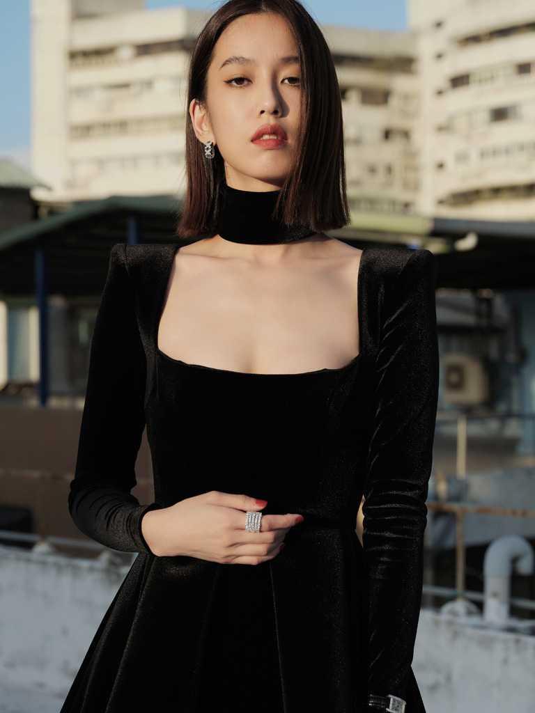 陳庭妮身穿黑色平口絨布洋裝,佩戴卡地亞頂級珠寶,展露高貴丰姿。(圖╱Cartier提供)