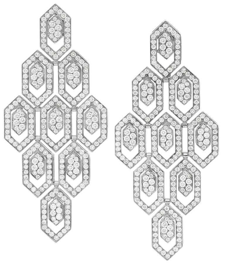 BVLGARI「Serpenti」系列,白K金鑽石耳環,鑲嵌540顆密鑲鑽石,總重約5.11克拉╱1,392,000元。(圖╱BVLGARI提供)
