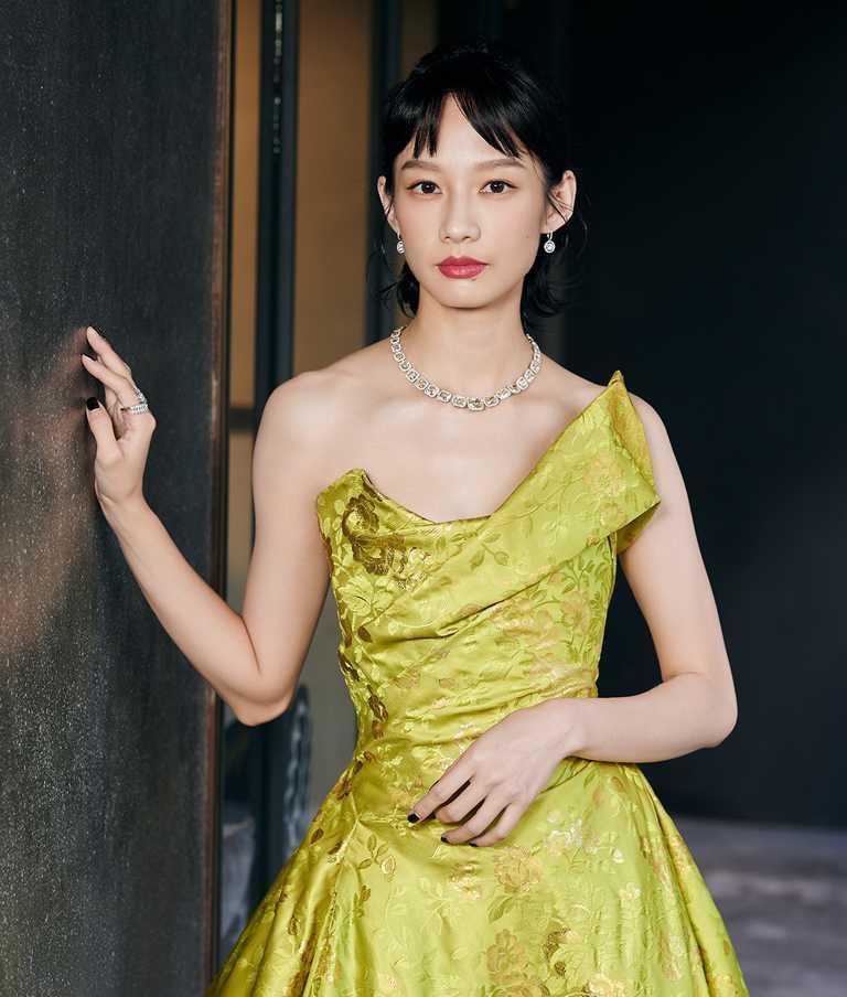 簡嫚書佩戴DE BEERS「Aura」高級珠寶系列黃鑽項鍊與耳環、「Diamond Legends」系列Cupid高級珠寶鑽石戒指,流露婉約氣質。(圖╱DE BEERS提供)