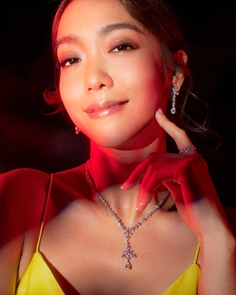 演員、主持雙棲的李霈瑜佩戴DE BEERS鑽石珠寶,閃耀2021台北電影獎頒獎典禮。(圖╱動能意像提供)