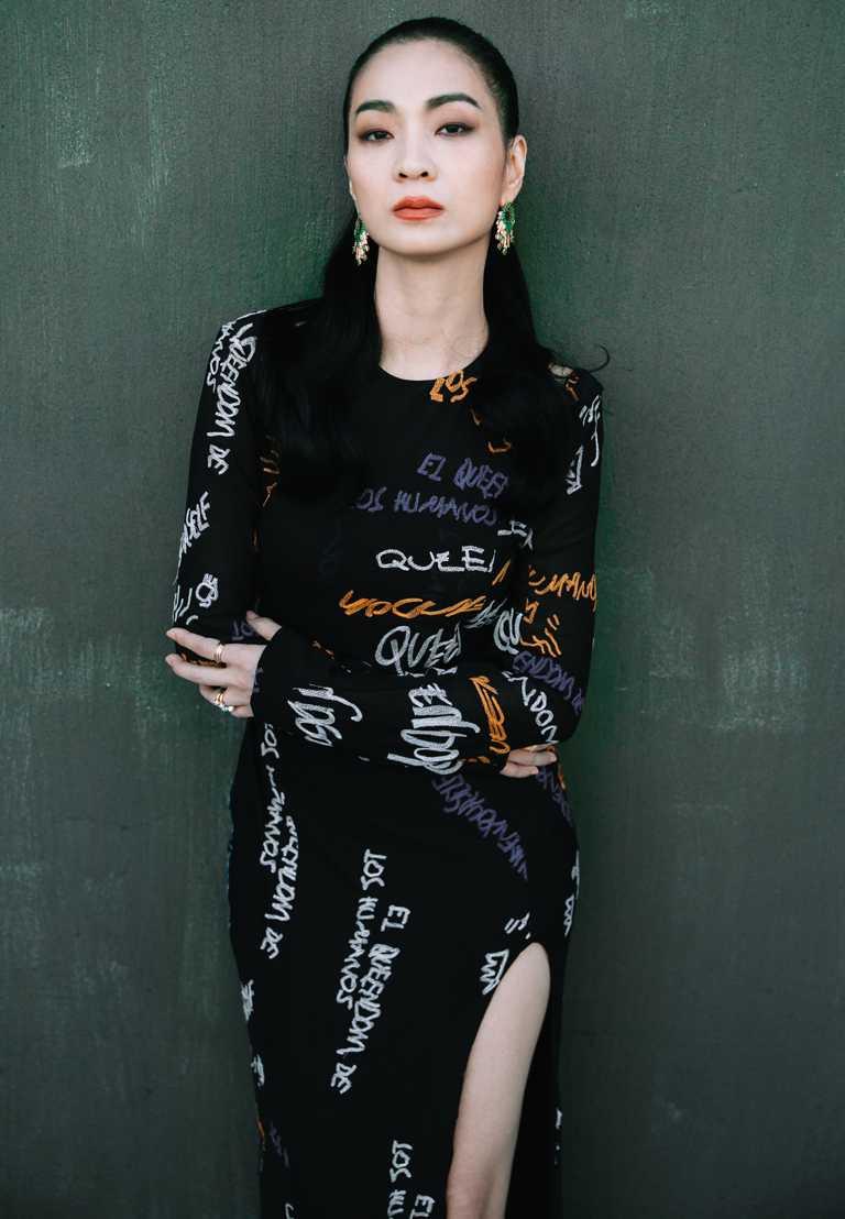 入圍第23屆台北電影獎最佳女配角的陳雪甄,佩戴伯爵「Sunlight Escape」系列頂級祖母綠鑽石耳環,彰顯不羈藝術性格。(圖╱PIAGET提供)