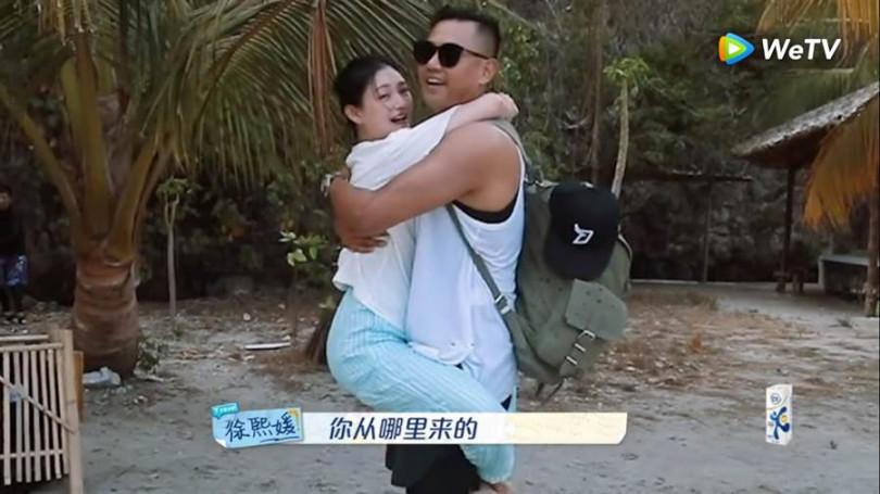 《我們是真正的朋友》節目中黑人驚喜現身時,大S開心到無尾熊抱他。(翻攝自WeTV)