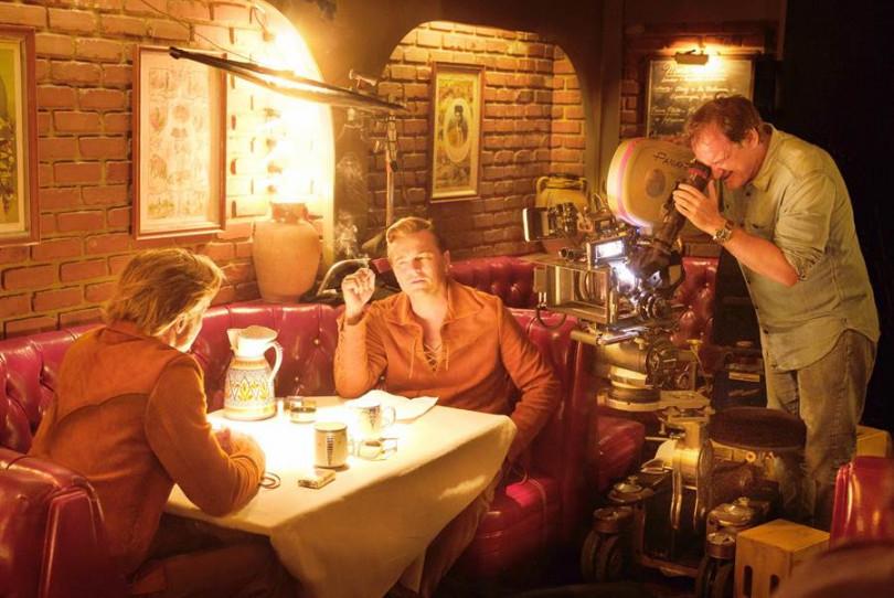 布萊德彼特(左起)、李奧納多狄卡皮歐和導演昆汀塔倫提諾在電影拍攝現場。(圖/双喜電影提供)