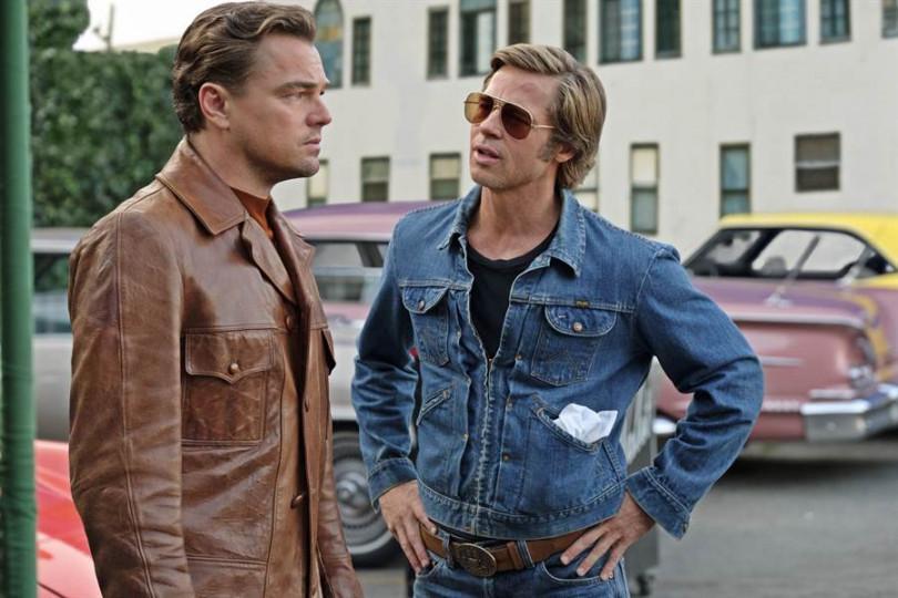 李奧納多狄卡皮歐(左)與布萊德彼特在《從前,有個好萊塢》中一起合作。(圖/双喜電影提供)