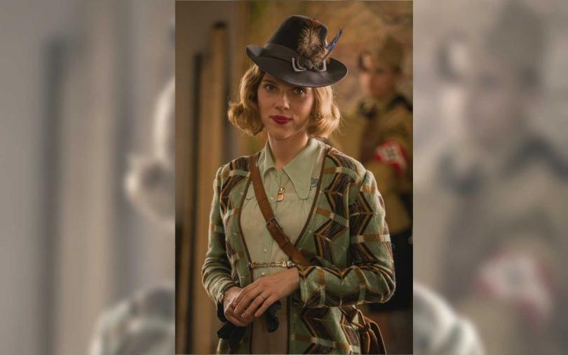 史嘉蕾喬韓森在片中飾演羅曼葛里芬戴維斯的媽媽,兩人有精彩互動。(圖/福斯提供)
