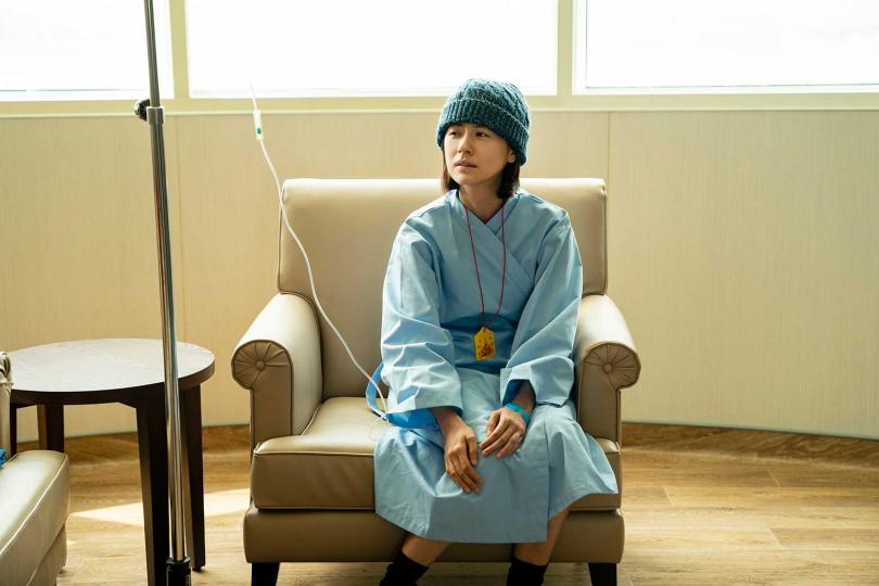 林予晞劇中接受治療,但卻日漸虛弱 。(圖/TVBS提供)