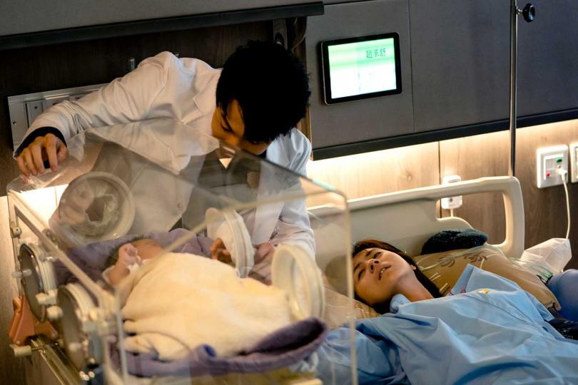 林予晞(右)性命垂危之際終於見到剛出生的兒子 。(圖/TVBS提供)