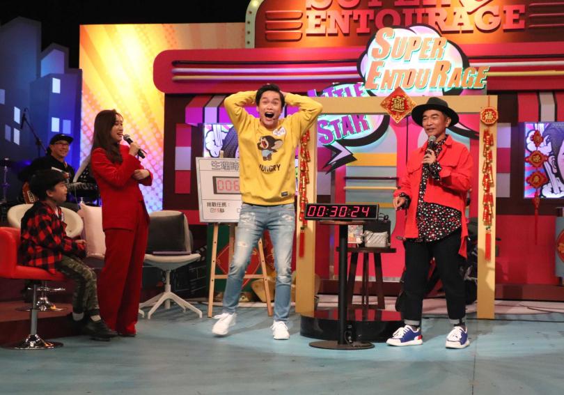黃鐙輝(中)在《小明星大跟班》除夕特別節目中挑戰生理時鐘計時賽。