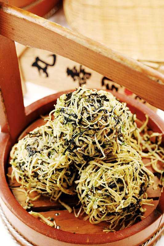「丸壽司」包著紅土鹹蛋黃、堅果及慢火炒香的白芝麻,外層還有雪花蛋絲與海苔絲增添口感變化。(三八元/個)(圖/于魯光)