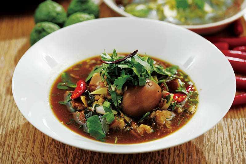 泰國「東北酸辣滷肉」是祖父的拿手菜,以五花肉、里肌,加入南薑、香茅等香料滷製,軟爛口感十分下飯。(320元)(圖/于魯光)