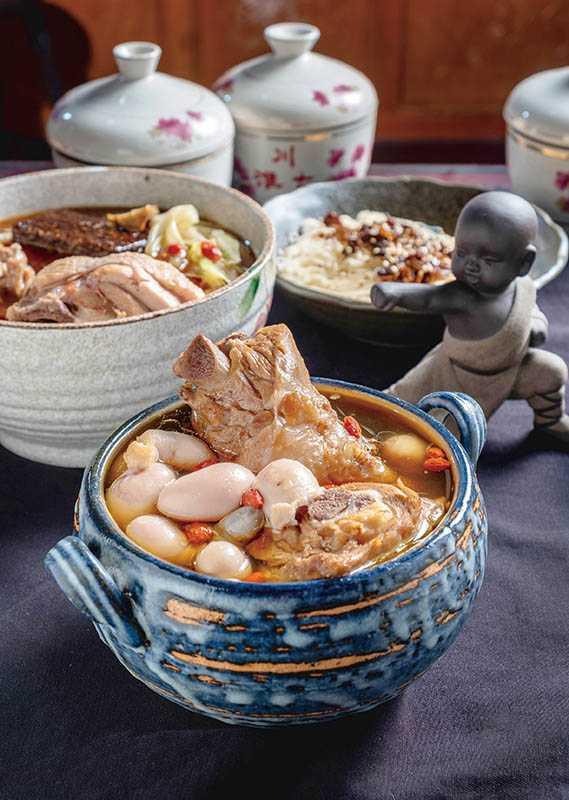 「雞胇雞腿湯」,可搭配黃耆、枸杞、黨蔘、白术熬煮成「涼補」湯頭,適量攝取蛋白質。(套餐550元)(圖/焦正德)
