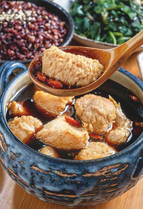「猴頭菇湯」是高蛋白、低脂肪、素食好食材,任選「四物加味」湯頭,補血顧肝。(套餐230元)(圖/焦正德)