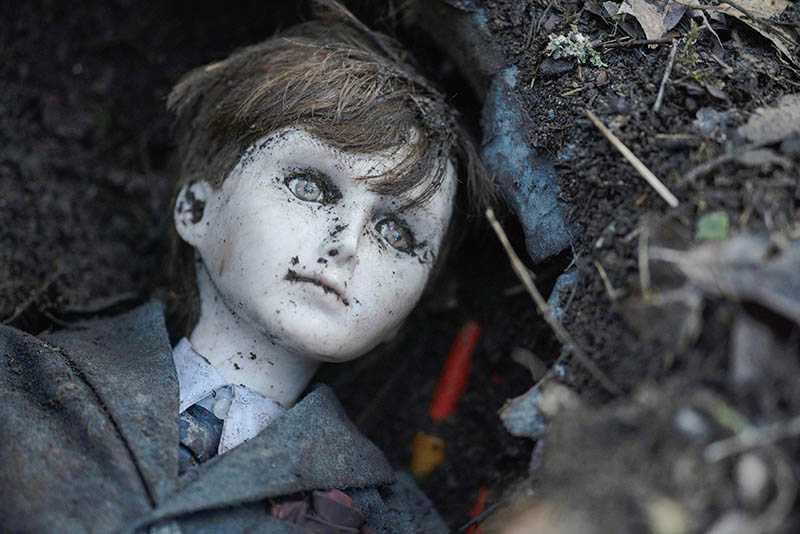 陶瓷娃娃「布拉姆」在片中是小男孩裘德最好的朋友,但也控制了裘德的心智。(圖/CatchPlay提供)