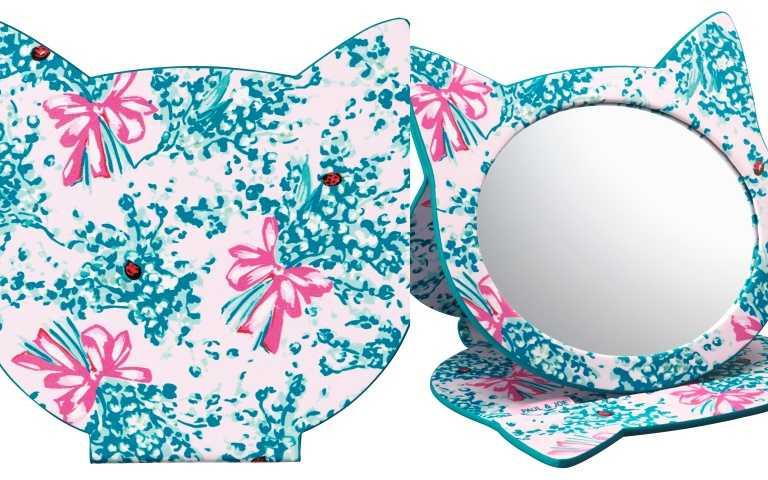 實用又可愛的化妝立鏡  為妳梳妝台增添可愛的氛圍,Paul & Joe 獨家時尚圖騰,設計成可愛貓型的化妝立鏡,鏡子尺寸能照到整臉,適合每天上妝使用。PAUL & JOE限量可愛貓型立鏡/800元(尺寸:W 150 × H 147 mm)(圖/品牌提供)