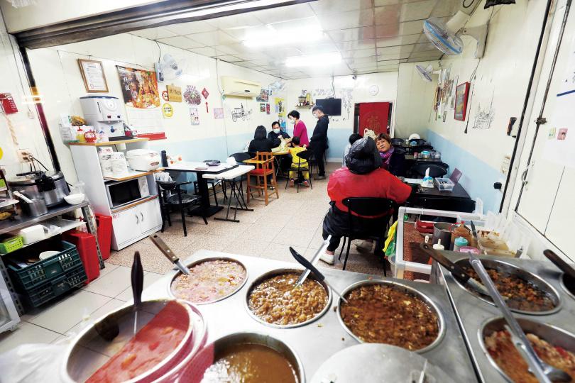 位在基隆市暖暖的「旭家私廚」,擅於製作滷肉醬,口味多達7種,深受附近居民喜愛。(圖/于魯光攝)
