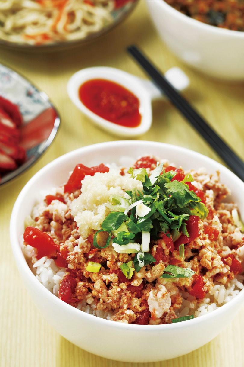 以番茄肉燥為主角的「番茄肉醬飯」,撒上香菜和蒜泥,增加風味。(七○元/大碗)(圖/于魯光攝)