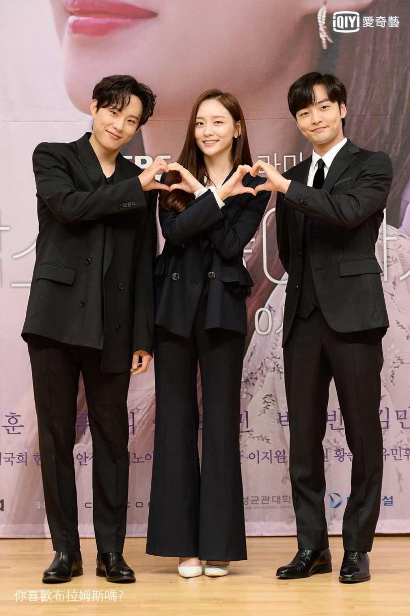 劇中金聖喆(左起)、朴智賢和金旻載陷入友情和愛情的三角關係。(圖/愛奇藝台灣站提供)