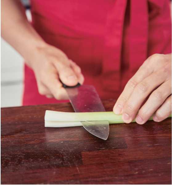 3、洋蔥切細絲,再將蔥對半切後,用手撕成長條。