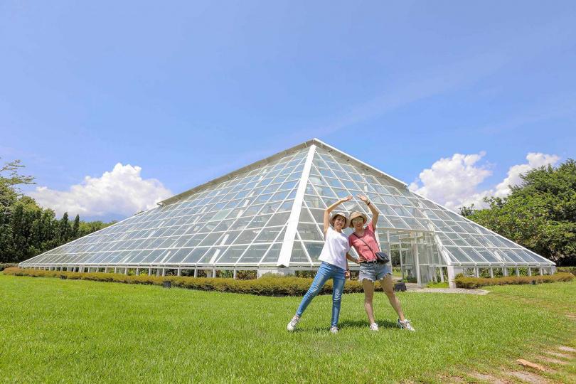 「知卡宣森林公園」裡的造型溫室,被網友稱為「迷你版羅浮宮金字塔」。(圖/林士傑攝)