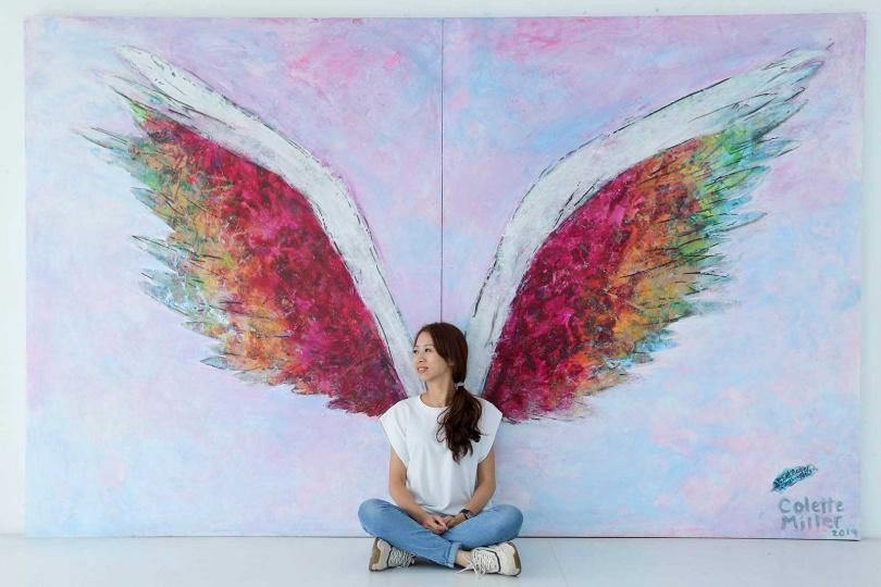 美國視覺藝術家科萊特米勒在「新天堂樂園」,打造天使之翼圖樣,成為遊客拍照打卡熱點。(圖/林士傑攝)