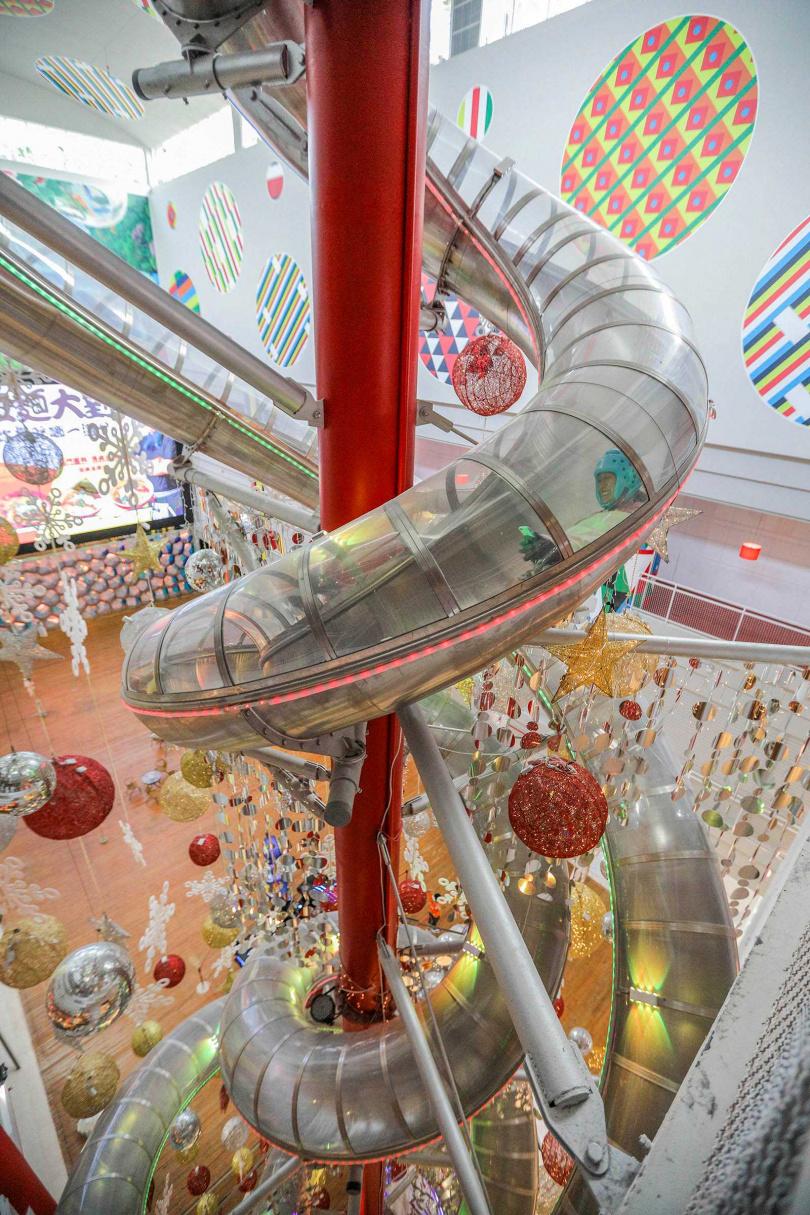 「新天堂樂園」打造約六層樓高丶溜完全程只要十五秒的「最長室內溜滑梯」,還拿下金氏世界紀錄。(單趟一五○元/人丶雙趟二○○元/人)(圖/林士傑攝)