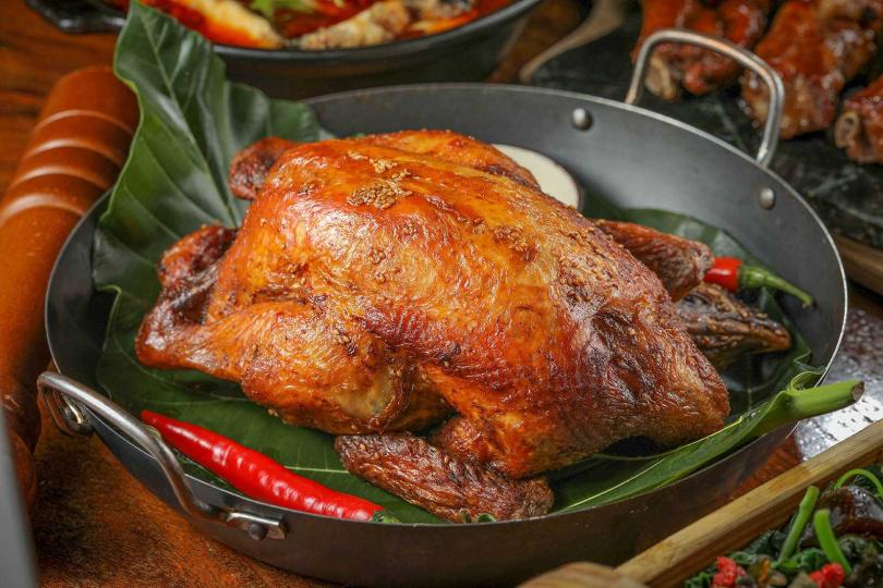 「香草脆皮雞」用油淋手法讓外皮金黃酥脆,口感豐富,香味十足。(790元)(圖/林士傑攝)