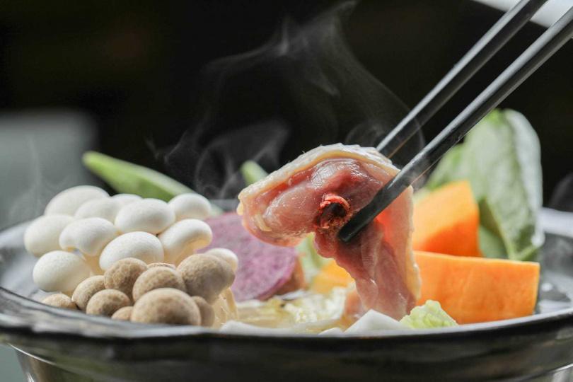 有機香草火鍋湯頭清甜鮮美,雞肉經過涮煮,肉質很Q彈。(1,099元)(圖/林士傑攝)