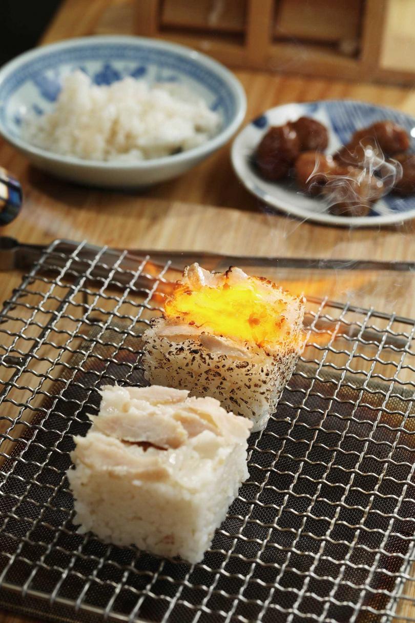 「炙燒Silaw飯糰」的煙燻鮭魚,有Blue Cheese風味,炙燒的日曬米則呈現類似爆米花的香氣。(60元/份,需預約)(圖/于魯光攝)