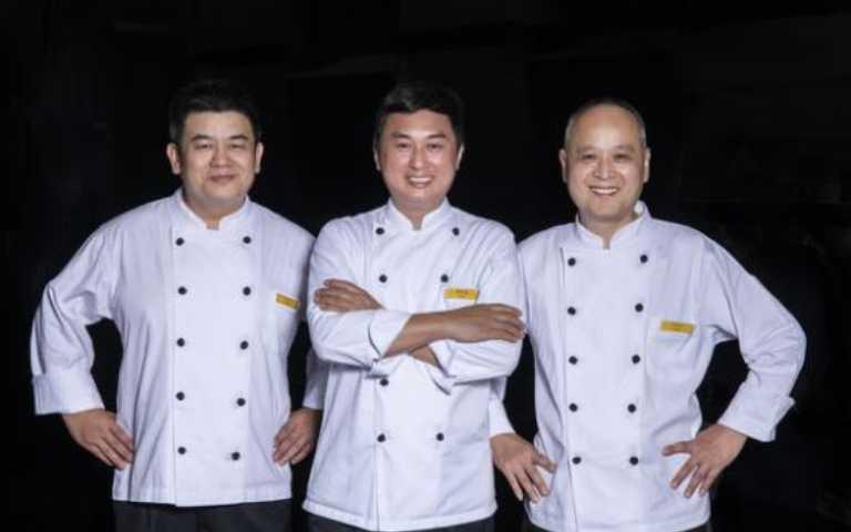 主廚簡承濬(中)率領當年團隊回歸合體。(圖/Salle d'Antoine安東法式料理提供)