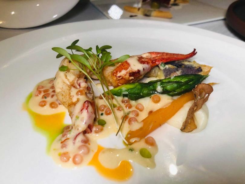 低溫烹調龍蝦、蝦夷蔥、鮭魚卵香檳。(圖/余玫鈴攝)
