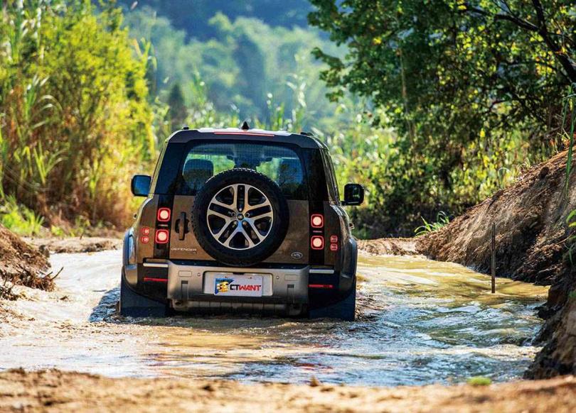 畢竟是越野導向的指標性車款,因此涉水高度可達90公分。(圖/LAND ROVER提供)