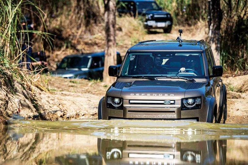 全車系配置涉水警示模式,當行走淺水區域時,車內中控螢幕就會顯示當前涉水深度。(圖/LAND ROVER提供)