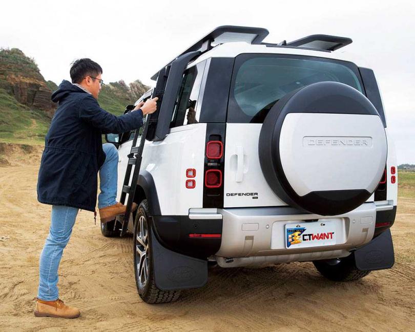 全車系可以選配冒險、鄉村、都會以及探險家套件,其中探險家套件包括折疊梯以及側箱。(圖/黃耀徵攝)