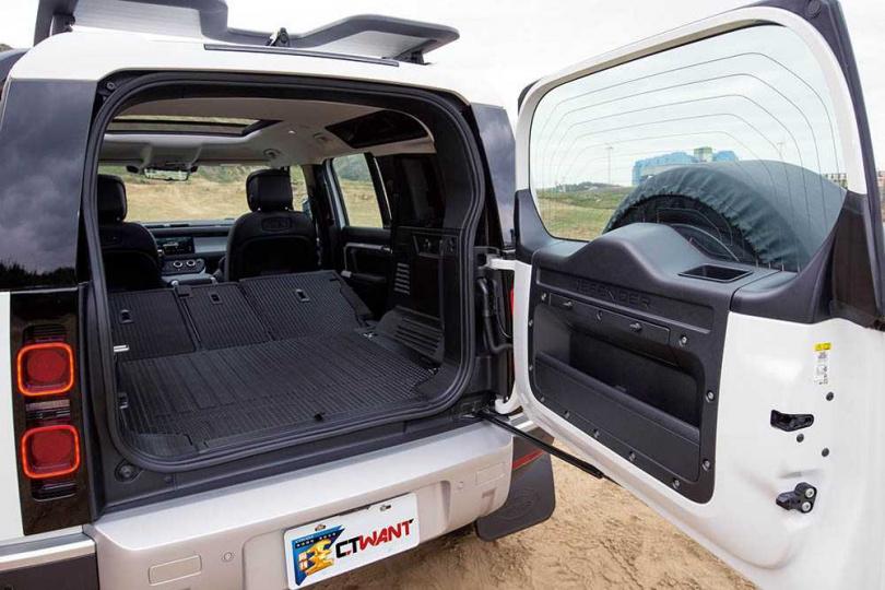 側開的行李箱尾門採用無段式設計,拉開到想要的張度時,只需向前微推就能固定。(圖/黃耀徵攝)