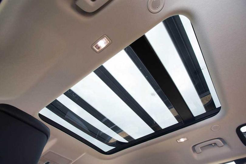 車頂搭載全景式電動天窗,而天窗與車室間仍配置電動遮陽簾。(圖/黃耀徵攝)