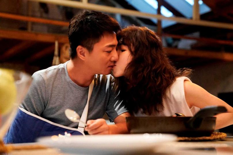 在《俗女養成記2》中,謝盈萱和藍葦華疑似展開同居生活。(圖/華視、CATCHPLAY+提供)