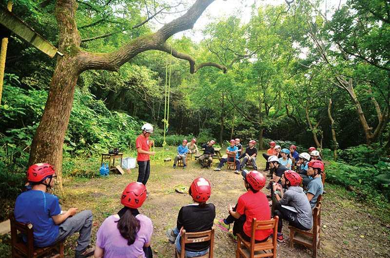 攀樹前,攀樹師會先進行技巧教學及生態講解。(圖/攀樹趣提供)