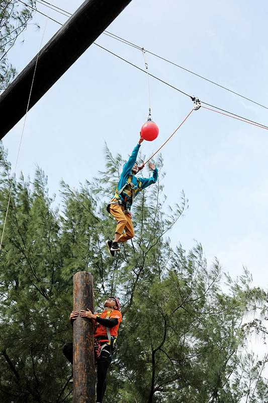 桃園青年體驗學習園區中的信心擊球,挑戰者需登高十公尺後往外跳躍,是非常刺激的關卡。(圖/于魯光攝)