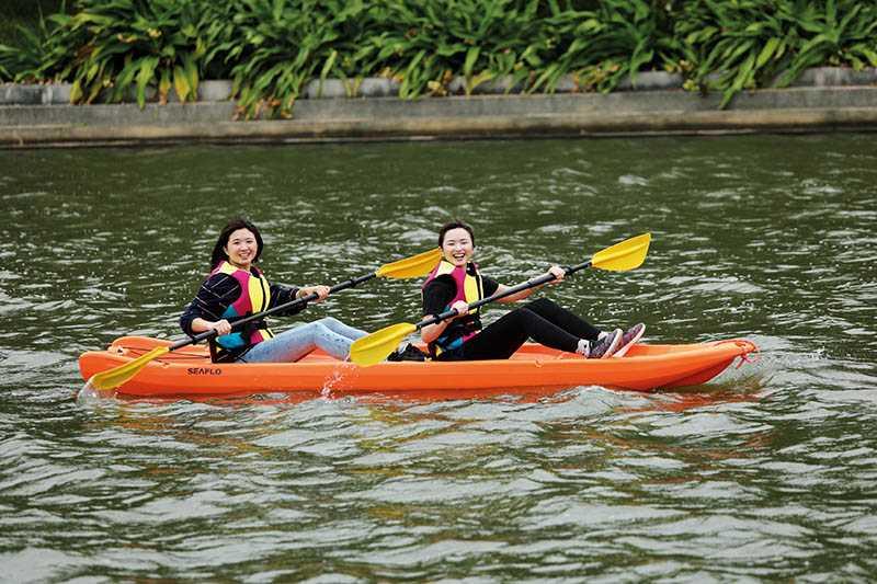 划乘獨木舟,是十分考驗手腳協調及隊友默契的活動。(圖/于魯光攝)