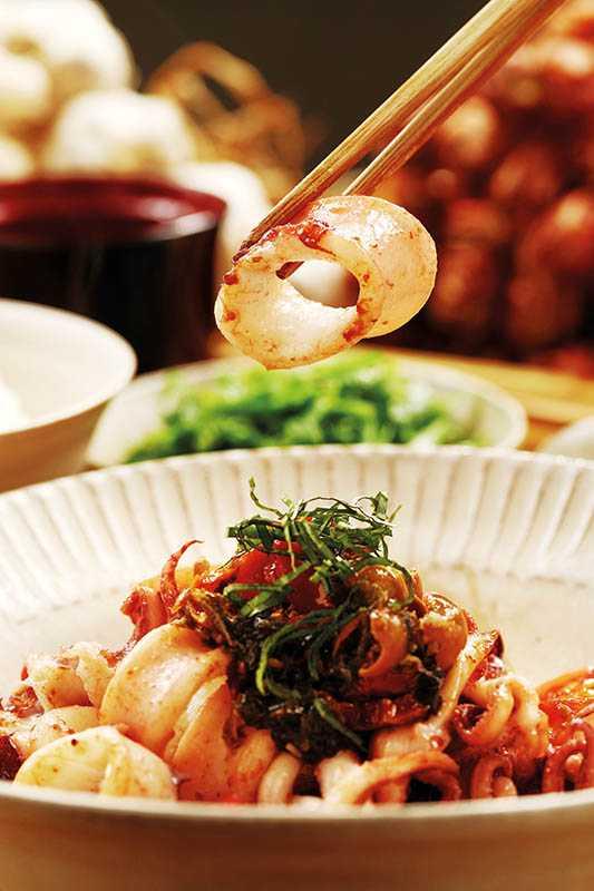 「紫蘇破布子番茄拌小卷」清爽酸甜,深受女生喜歡。(410元/套餐)(圖/于魯光)