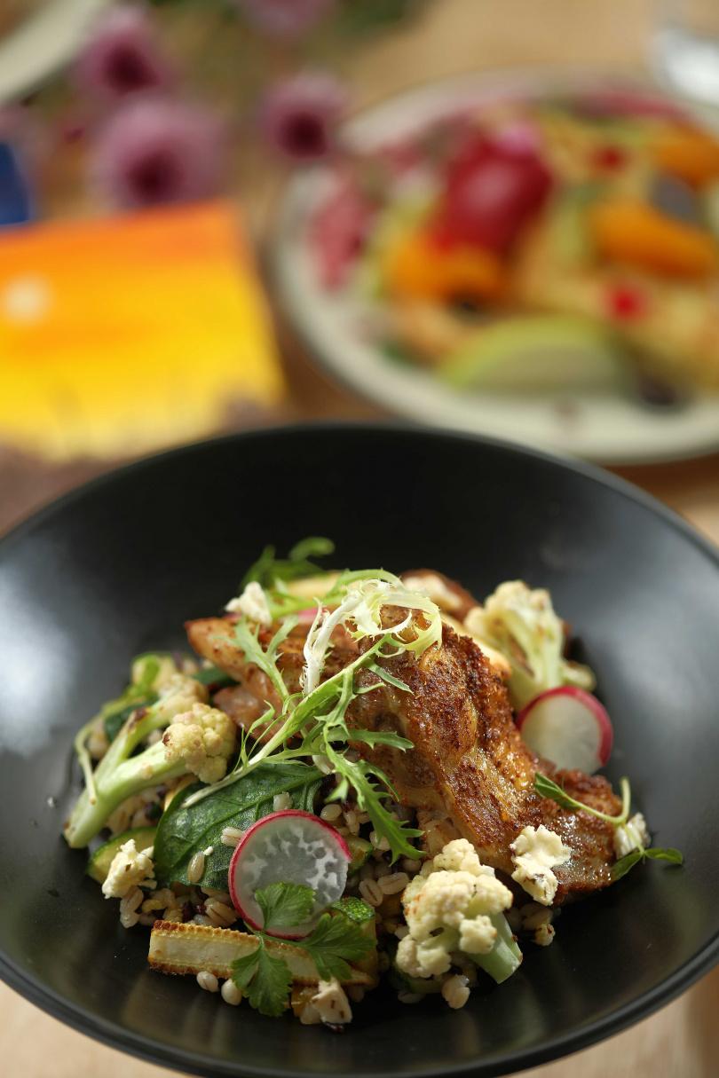 「嫩煎雞腿與穀物」熱量低且含豐富膳食纖維,是健康首選。(280元)