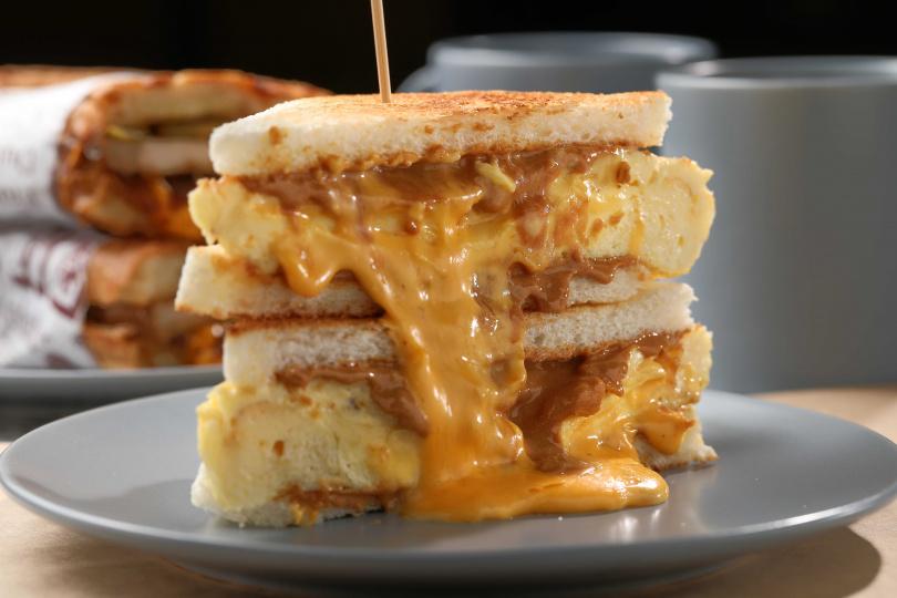無論大人或小朋友都愛的 「經典厚蛋熔岩花生醬」三明治。(75元)