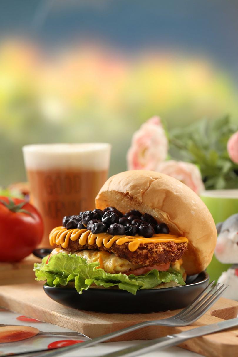 「藍莓乳酪豬排蛋堡」的現煮藍莓果醬為豬排提味解膩。(140元)