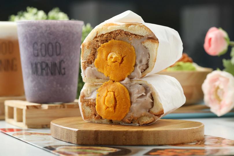 「芋泥肉鬆鹹蛋黃三明治」的綿密芋泥與鹹蛋黃、肉鬆,口感意外契合。(95元)