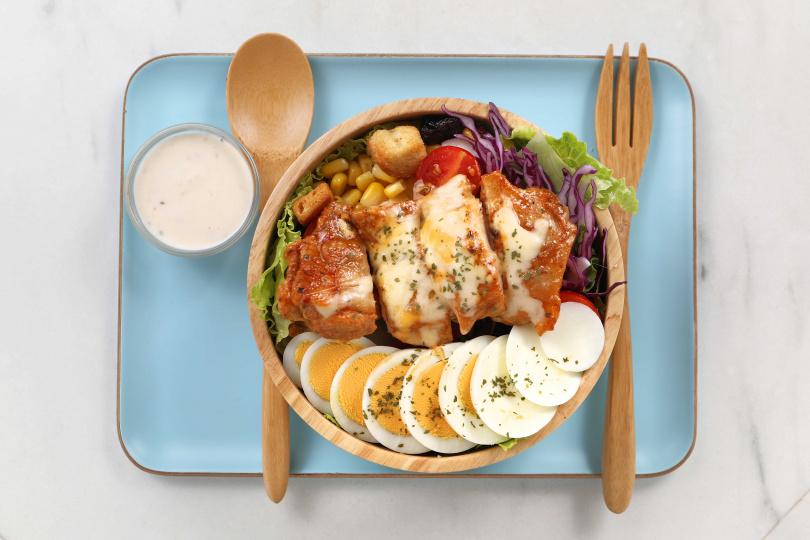 「凱薩雞腿木碗沙拉」用料超澎拜,受到女性與健身人士歡迎。(130元)