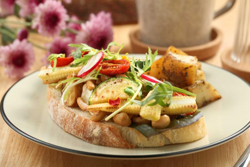 「開放式三明治」顧名思義是將配料直接擺在麵包上,繽紛的視覺效果搶先得點。 (250元)